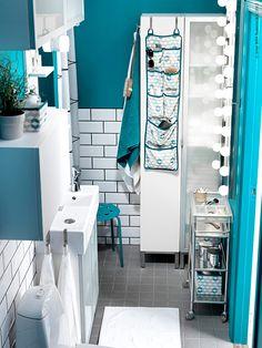 Ljust och fräscht i all ära, men ibland vill man pigga upp med lite färg i höstmörkret. Badrummet kan tyckas vara lite extra knepigt att förändra, men det behöver det inte alls vara!