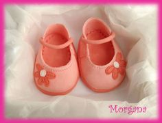 gumpaste shoes for babies Fondant Baby Shoes, Mom Cake, Fondant Tutorial, Gum Paste, Baby Booties, Baby Shower Cakes, Booty, Flats, Babyshower