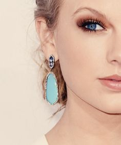 Taylor swift wearing great jewellery