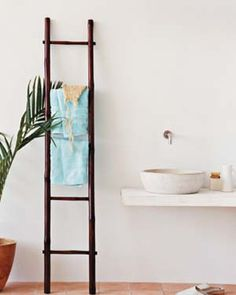 Ladder as Towel Rack - Instead of installing a typical metal rack to hold your towels, enlist a ladder made of bamboo (or some other wood that can withstand humidity) to do the job. No tools required. Decor Crafts, Home Crafts, Ladder Towel Racks, Towel Hanger, Bamboo Ladders, Old Ladder, Wooden Ladder, Bamboo Lamp, Towel Rack Bathroom
