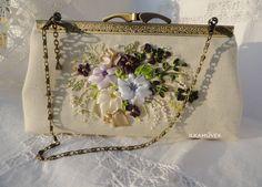 Egyedi ajándék és dekorációs tárgyak. Szalaghímzés - ajandek.lapunk.hu Embroidery Purse, Silk Ribbon Embroidery, Ribbon Work, Vintage Outfits, Vintage Clothing, Diy And Crafts, Pouch, Reusable Tote Bags, Jewels