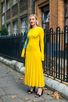 Looking for more Yellow fashion & street style ideas? Check out my board: Yellow Street Style by Street Style // Yellow Fashion // Spring Outfit Goals & Dreams ✨ The Street Report: London Fashion Week London Fashion Weeks, Street Style 2017, Spring Street Style, Street Chic, Yellow Fashion, Colorful Fashion, Modest Fashion, Fashion Outfits, Fashion Trends
