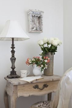 I love the table Burlap Luxe Shabby Chic Farmhouse, Shabby Chic Style, Diy Furniture Restoration, Comfy Bedroom, Cottage Living, Furniture Styles, Decorating Blogs, Decoration, Entryway Tables