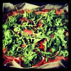 Alternativ med attraktiv pizza med rucola og skinke. Bund af forskellige oste, squash og æg.