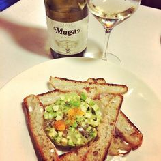 Tartar de aguacate y sardinas acompañado de #Muga. Una propuesta de @calidoscopivins #wine #wineday #Winetime #bodegasmuga #bodegas #vino #vinomuga