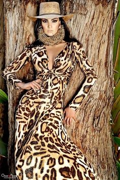 leopard print maxi dress for summer deep v neck Leopard Print Outfits, Leopard Fashion, Animal Print Fashion, Cheetah Print, Fashion Prints, Animal Prints, Dark Autumn, Mein Style, Trends 2018