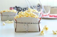 DIY: Lag en gøyal popkornboks av papptallerkener og litt hyssing. Passer supert til kjeks, frukt eller chips også!   DIY: Make a fun box to serve popcorn, buiscits or fruit.