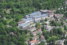 Das Krankenhaus-Areal wird überplant. Dabei sind auch Parkhaus, das Schwesternwohnheim (rechts) die derzeitigen Wohnhäuser und Freiflächen einbezogen. Auch um den Erwerb privater Grundstücke verhandelt die Stadt.  Foto: Stadt