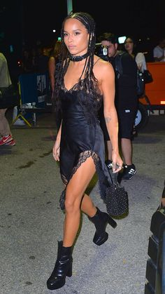 Zoe Kravitz at the Alexander Wang New York Fashion Week show in a lace-trim negligee slip dress with chunky ankle boots and a buckle choker Casual Street Style, Looks Street Style, Zoe Isabella Kravitz, Zoey Kravitz, Lenny Kravitz, Zoe Kravitz Style, Glam Rock, Fashion Week, Belle Photo