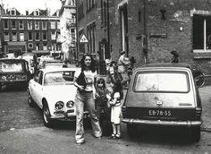 De Van de Veldestraat in mei 1976. In deze zijstraat van de P.C. Hooftstraat was dubbel parkeren destijds een dagelijkse praktijk.