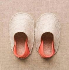 If you& got little feet in your family or an upcoming baby shower on your calendar, you& definitely want to add this sweet and simple felt baby slipper tutorial to your list of go-to projects! Baby Doll Shoes, Felt Baby Shoes, Baby Slippers, Felted Slippers, Handmade Baby Gifts, Handmade Felt, Baby Moccasin Pattern, Doll Shoe Patterns, Baby Moccasins