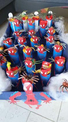Spiderman om een rol koekjes. En een spinnetje erbij. Wat spinnerag er om heen. Klaar. Trakteren maar.