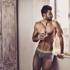 Chico guapo #chico #cafe #bonito http://www.pandabuzz.com/es/bombon-del-dia-hombre/chico-guapo-tomar-café