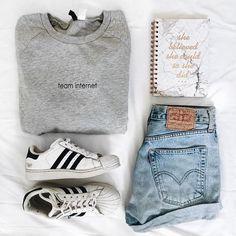 combo shorts jeans, camiseta cinza e tênis adidas branco #casualoutfits