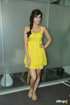 Kriti Sanon At 'Whistle Baja' Song Launch Beautiful Bollywood Actress, Most Beautiful Indian Actress, Bollywood Girls, Bollywood Fashion, Bollywood Stars, Indian Actress Hot Pics, Indian Actresses, Yellow Mini Skirt, Bollywood Pictures