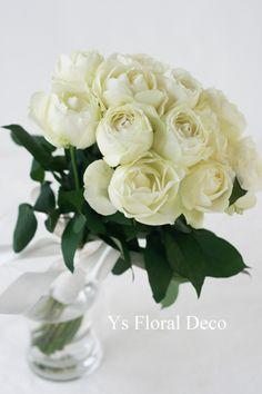 白バラのクラッチブーケ ys floral deco @旧古河邸
