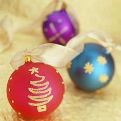Decora tus bolas de navidad con pegamento y un poco de escarcha. #DecoracionNavidad
