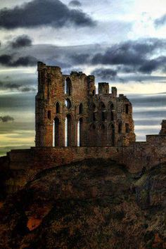 Tynemouth Castle and Priory, England. Astrogeographic position: in the mystic and highly imaginative water sign Pisces (see: Glastonbury Abbey) and in between the emotional water sign Cancer and the royal fire sign Leo. Both for field level 4.