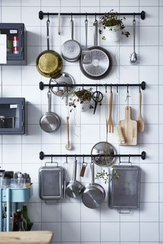 Use this practical space-saving storage solution in the kitchen for your kitchen utensils. Get more small kitchen ideas here. Use this practical space-saving storage solution in the kitchen for your kitchen utensils. Get more small kitchen ideas here. Kitchen Rails, Kitchen Wall Storage, Kitchen Ikea, Kitchen Storage Solutions, Smart Kitchen, Kitchen Utensils, Kitchen Small, Kitchen Shelves, Kitchen Pantry