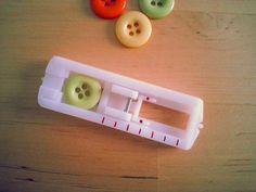 Knopflöcher nähen hört sich erstmal viel aufwändiger an als es ist. Wenn man weiß, welchen Knopf man gerne benutzen möchte, kann es auch schon fast losgehen. Folgende Materialien werden benötigt: 1…