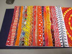 kleurrijke stroken uit tijdschriften scheuren en doedelen