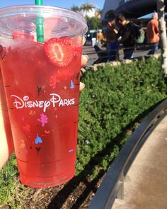 I spent 40 minutes waiting for this and it was SO WORTH IT #jacobsstrawberryacaiwithpeachpass  #happiness #castmembers #mainstreet #diamondcelebration #dl60 #disney #disneyland #starbucks #