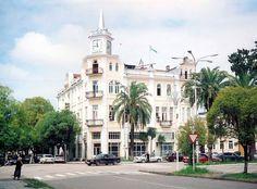 Сухум, здание городской администрации с башенными часами-курантами - своеобразная визитная карточка города