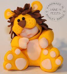 Lion | Flickr: Intercambio de fotos Polymer Clay Figures, Polymer Clay Dolls, Polymer Clay Creations, Polymer Clay Crafts, Baby Cake Topper, Cake Toppers, Crea Fimo, Cake Topper Tutorial, Clay Baby