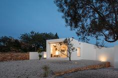 Casa Vale de Margem La vivienda se desarrolla en una planta, en una zona rural del Algarve clasificada como Zona de Protección Agrícola. #arquitectura #architecture  La galería completa en