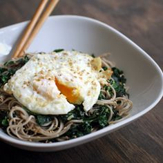 Kale Sesame Soba Noodles Topped with a Fried Egg. You can keep the fried egg Egg Recipes, Asian Recipes, Cooking Recipes, I Love Food, Good Food, Yummy Food, Soba Noodles, Rice Noodles, Zucchini Noodles