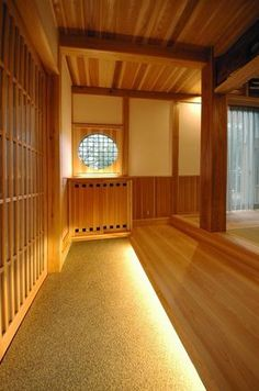 木に包まれる和風玄関-2(『光陰の家』〜自然素材にこだわった和モダンの家〜)- 玄関事例|SUVACO(スバコ)