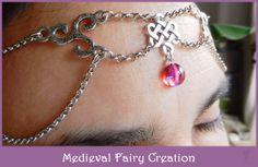 """Diadème """"Loki""""  Diadème réglable argenté composé de triskels et d'entrelacs celtes ainsi que d'une opale de feu rouge (pierre semi-pécieuse). Opale: 10 mm de diamètre  L'opale mexicaine rouge est parfois dénommée « Souffle du Dragon ». Pierres tellement brillantes et lumineuses, elles sont d'une belle couleur rouge translucide avec des stries de violet irisé. http://www.alittlemarket.com/accessoires-coiffure/diademe_elfique_argente_headband_loki_-7300623.html"""