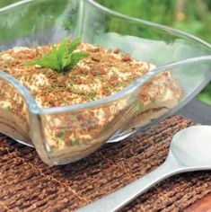 This is the best Peppermint Crisp tart recipe and it is one of South Africa's most loved dessert recipes. We cannot imagine a braai, lunch or dinner where a Peppermint Crisp tart wouldn't be a hit. Banana Recipes, Tart Recipes, Peppermint Crisp Tart, Easy Desserts, Dessert Recipes, Crisp Recipe, Fresh Cream, Something Sweet, Desert Recipes