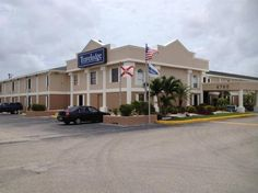 Fort Myers (FL) Travelodge - Fort Myers United States, North America Travelodge - Fort Myers is conveniently located in the popular Fort Myers City Center area. Both business travelers and tourists can enjoy the hotel's facilities and services. Service-minded staff will welcome and guide you at the Travelodge - Fort Myers. Guestrooms are fitted with all the amenities you need for a good night's sleep. In some of the rooms, guests can find air conditioning, heating, wake-up ser...