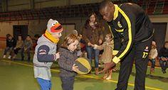 Jugadores del Xuven difunden el baloncesto entre los más pequeños escolares de Meis.