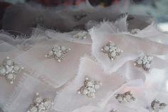 Fabric manipulation - emroidery and embellishment. Échantillon de broderie…