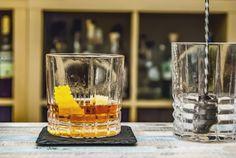 Sazerac Cocktail: der Old Fashioned mit Absinth und Peychaud's Bitters Rye Whiskey, Whisky, Manly Cocktails, Classic Cocktails, Bitter Lemon, Modern Man, Mardi Gras, Whiskey