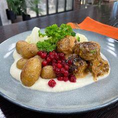 """Wenches kjøkken on Instagram: """"Litt klassisk og litt ny mat i kjøkkenet idag fra @christerrodseth ☺️ Kjøttboller med grønnsaker, sellerikrem, bakte poteter, løksaus og…"""" Baked Potato, Sprouts, Sausage, Potatoes, Meat, Baking, Vegetables, Ethnic Recipes, Food"""