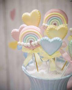 Apaixonada por eles. 😍🌈💗☁️💗💛💙💜💚 Pirulitos Decorados  Fotografia linda por @_matheuscampos_  #doceschuvadeamor #chuvadeamor #festachuvadeamor Baby Shower Sweets, Baby Shower Favors, Baby Shower Cakes, Baby Shower Parties, Rainbow Unicorn Party, Rainbow Theme, Rainbow Baby, Big Cupcake, Cloud Cake