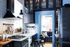 Узкая кухня с кухонными шкафами ИКЕА, которые установлены по периметру дверного проема