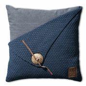 Knit Factory Gerstekorrel kussen in de kleur jeans. Het gerstekorrel patroon geeft het kussen een grove uitstraling. Opvallend is de grote knoop met leren detail. Het kussen is beschikbaar in de maten 50x50 en 60x40. Verkrijgbaar bij Reas WoonDeco in Hoogeveen.