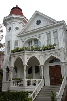 Queen Anne style house in Savannah, Georgia Savannah Usa, Historic Savannah, Visit Savannah, Savannah Georgia, Beautiful Places To Live, Beautiful Homes, Low Country, Country Living, My Dream Home