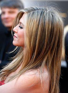Star-Frisuren: Ein schöner Trick für eine tolle Kopfform: Jennifer Aniston toupiert sich die Haare am Hinterkopf gerne etwas an.