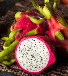 Do you know that dragon fruit is well known for its antiseptic property & its a powerhouse of nutrition? If no read 27 top benefits of dragon fruit for you Dragon Fruit Smoothie, Healthy Fruit Smoothies, Acai Smoothie, Smoothie Bowl, Dragon Fruit Benefits, Fruit Nutrition, Vegan Nutrition, Fruit Picture, Easy Detox