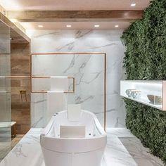 Banheiro decorado com pedra e porcelanato ônix + cor fendi e metais dourado rose lindo!