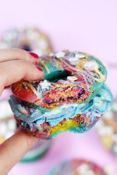 Rezept: Verrückte Regenbogen Donut Burger backen – Donuts mal anders!