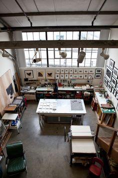 Un espacio de trabajo bien colocado, amplio, con mucha luz.. (y un tórculo que pudiésemos utilizar de vez en cuando tampoco vendría mal! ;)