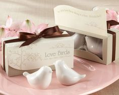 Souvenir para boda. Salero y Pimentero con forma de pajaritos. Incluye packaging personalizado con los nombres de los novios y la fecha.