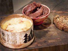 Varm Vacherin Mont d'Or   Recept från Köket.se Baking Ingredients, Cookie Dough, Fondue, Camembert Cheese, Snacks, Cookies, Nice, Crack Crackers, Appetizers