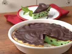 Impossibly Easy Grasshopper Cheesecake recipe from Betty Crocker -- No last-minute fuss with this minty cheesecake dessert. Make it ahead so it's chilled and ready to serve. Grasshopper Cheesecake Recipe, Grasshopper Pie, Cheesecake Desserts, Just Desserts, Mint Cheesecake, Homemade Cheesecake, Pumpkin Cheesecake, Yummy Treats, Sweet Treats